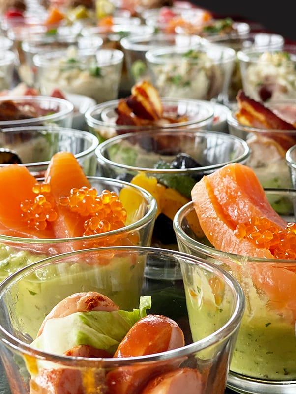 Avocado Lachs Kaviar Vorspeisengläschen nach hinten unscharf werdend